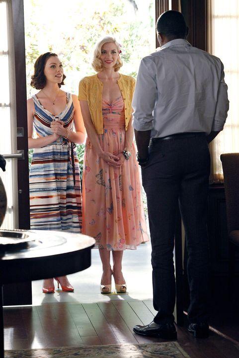 Wenn Lemon (Jaime King, M.) und Annabeth (Kaitlyn Black, l.) vor seiner Tür stehen, bleibt Lavon (Cress Williams, r.) gar nichts anderes übrig, als... - Bildquelle: Warner Bros.