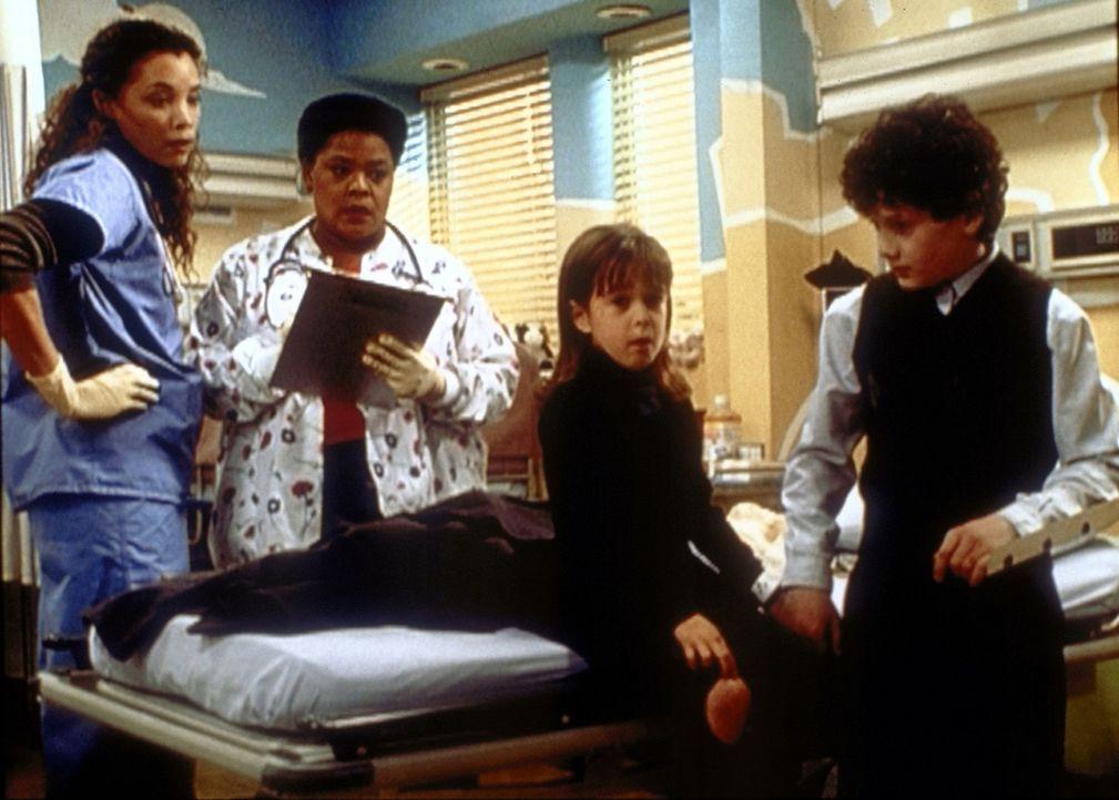 Cleo (Michael Michele, l.) hat ihre Probleme, zwei kleinen Kindern die Frage nach ihren schwer verletzten Eltern zu beantworten ... - Bildquelle: TM+  2000 WARNER BROS.