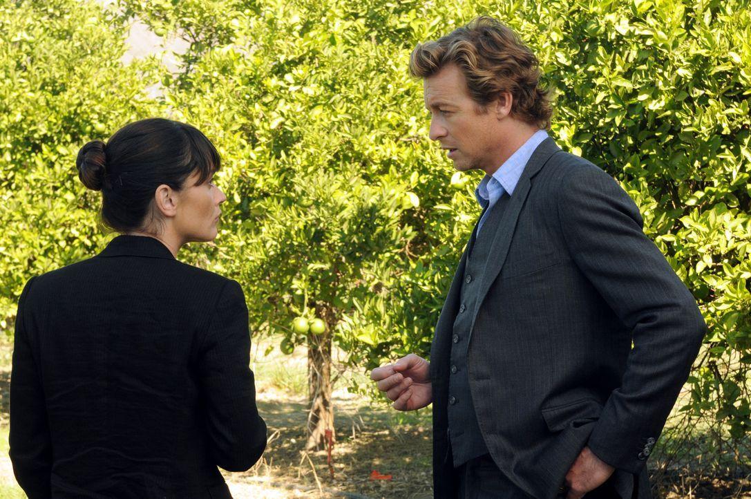 Noch tappen Teresa (Robin Tunney, l.) und Patrick (Simon Baker, r.) im Dunkeln ... - Bildquelle: Warner Bros. Television