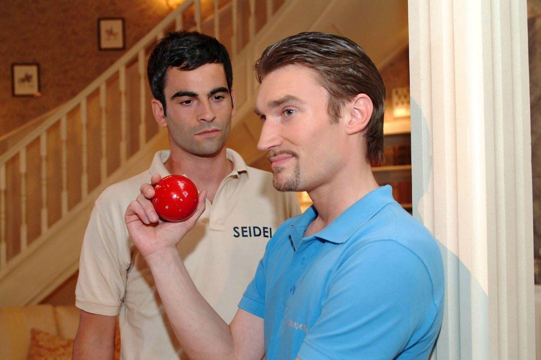 David (Mathis Künzler, l.) ist sprachlos, als Richard (Karim Köster, r.) sich über Lisas Auftreten lustig macht. - Bildquelle: Monika Schürle Sat.1