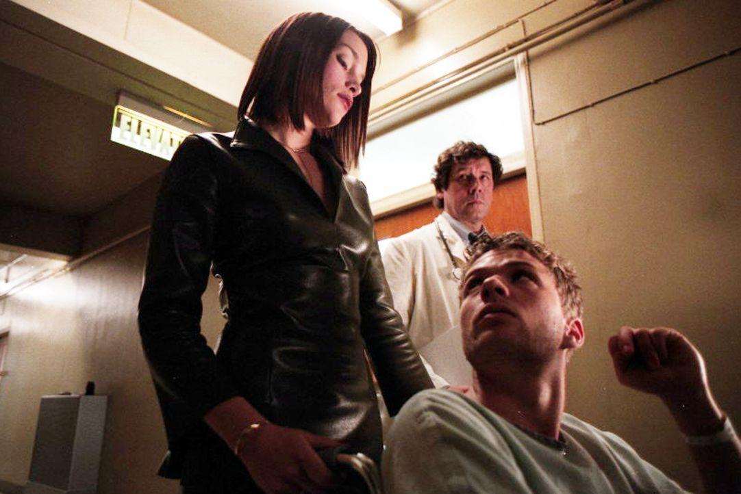 Als der attraktive und reiche Simon Cable (Ryan Phillippe, M.) aus dem Koma erwacht, präsentiert ihm der Arzt Dr. Newborn (Stephen Rea, r.) zwei Fr... - Bildquelle: Miramax Films
