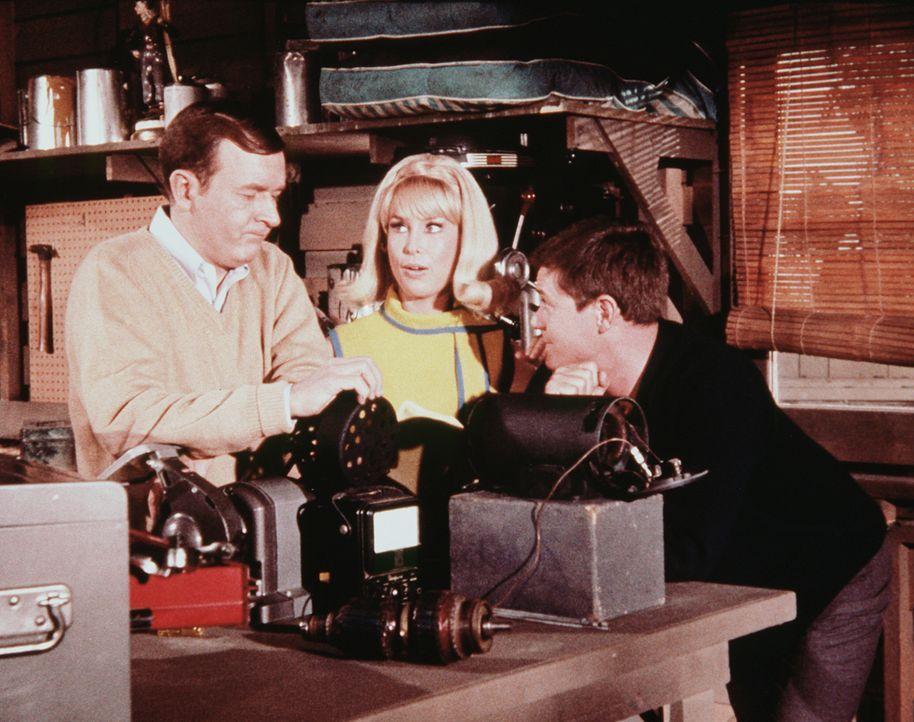 Jeannie (Barbara Eden, M.) beobachtet die Arbeit von Roger (Bill Daily, l.) und Tony (Larry Hagman, r.), die versuchen, ein Gerät für die Weltraumfa... - Bildquelle: Columbia Pictures