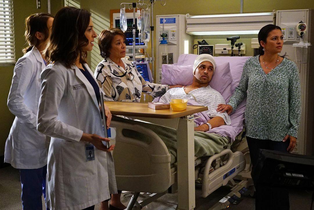 Als Stephanie das Krankenzimmer von Klye (Wilmer Valderrama, 2.v.r.) betritt, fahren dessen Mutter Socorro (Alma Martinez, l.) und Schwester Ally (E... - Bildquelle: Richard Cartwright ABC Studios