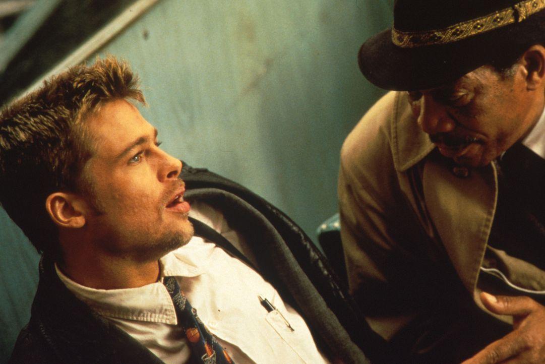 Im Namen Gottes: Nur langsam geht den beiden Cops David Mills (Brad Pitt, l.) und William Somerset (Morgan Freeman, r.) die morbide Natur des Mörder... - Bildquelle: Constantin Film