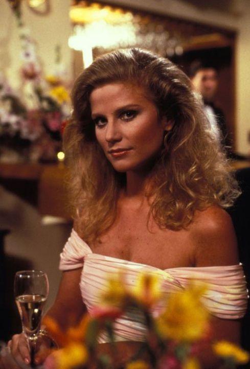 (5. Staffel) - Richard muss Terry (Laura Johnson) heiraten, weil sie ansonsten seine Machenschaften öffentlich macht. Um sich jedoch abzusichern, lä... - Bildquelle: 1985   Warner Brothers