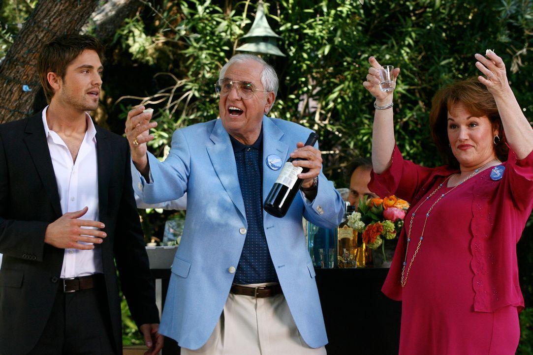Jason McCallisters (Eric Winter, l.) Verwandten tauchen auf der Party auf, was diesem sehr unangenehm ist. Sein Onkel (Garry Marshall, M.) und seine... - Bildquelle: Disney - ABC International Television