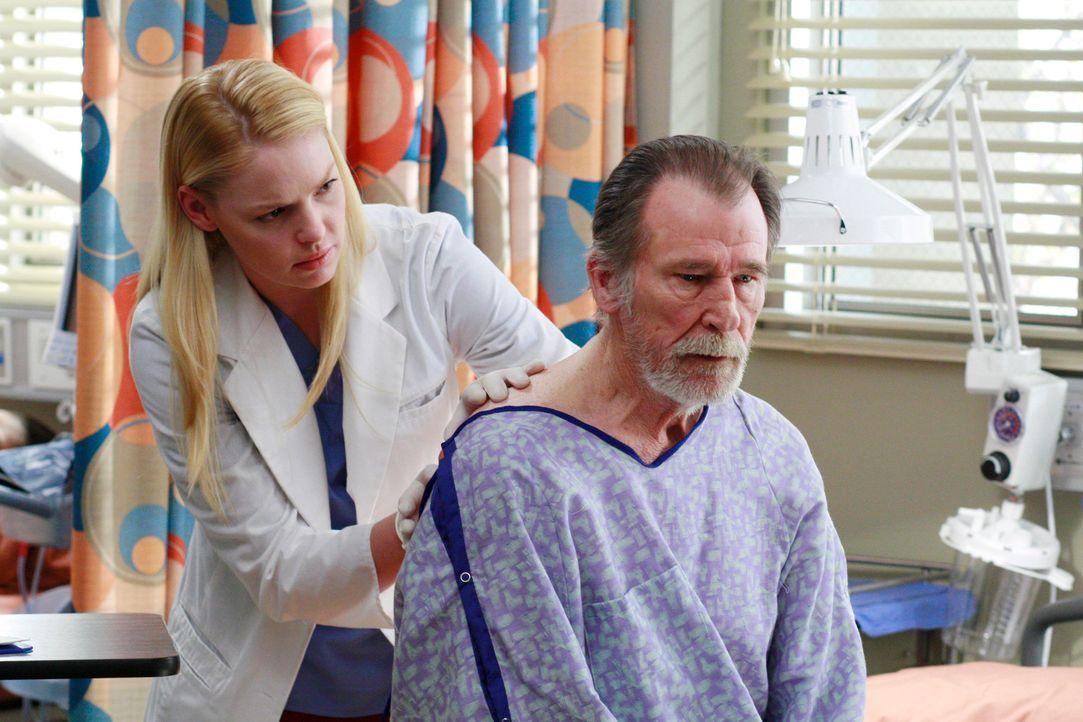Izzie (Katherine Heigl, l.) kümmert sich um Mr. Scofield (James Gammon, r.), der von den Ärzten verlangt, dass sie die Kugel, die sie ihm entferne... - Bildquelle: Touchstone Television