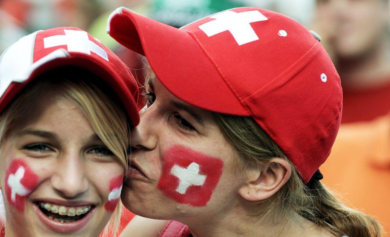 Schweizer Fußball-Fans - Bildquelle: dpa