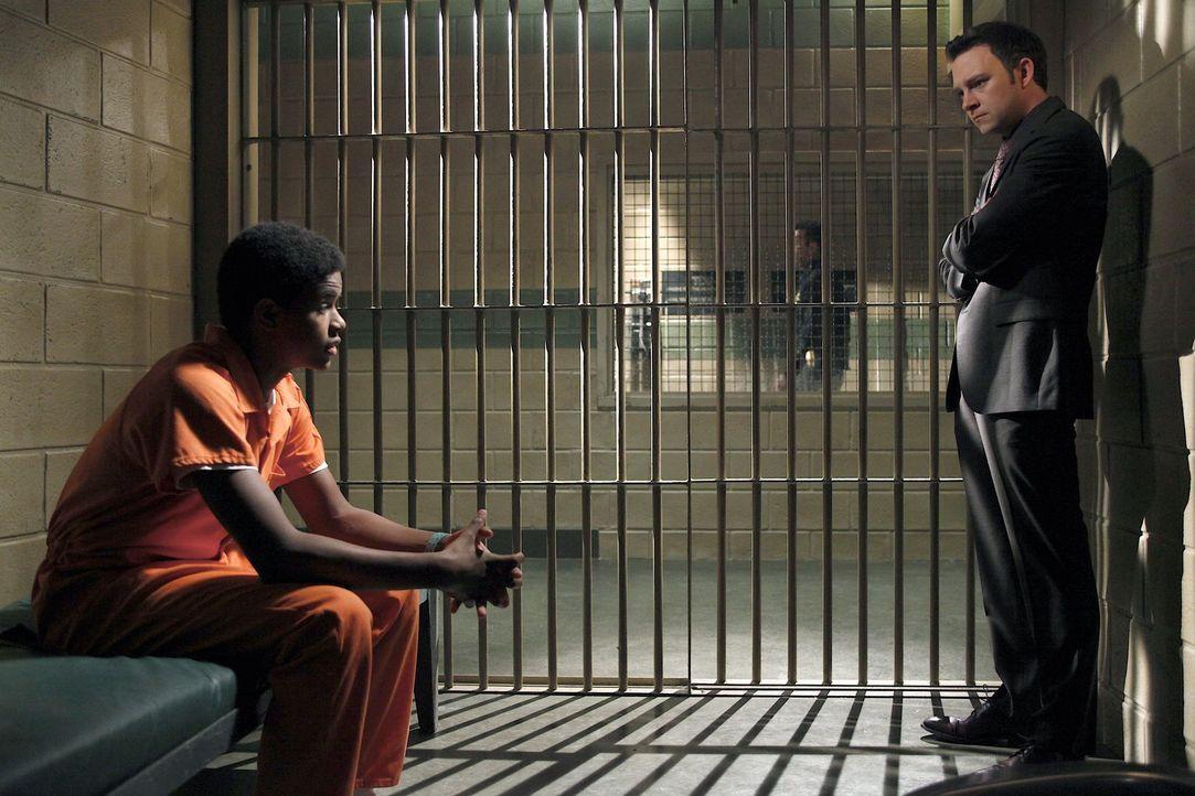 Adam (Nathan Corddry, r.) wird Zeuge wie Lewis von einer fremden Bande angeschossen und lebensgefährlich verletzt wird. Jedoch kommt der 16 Jährig... - Bildquelle: Warner Bros. Television