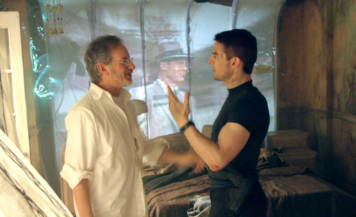 Regisseur Steven Spielberg, l. und sein Hauptdarsteller Tom Cruise , r. - Bildquelle: 2002 Dreamworks LLC & 20th Century Fox Film Corp. All Rights Reserved