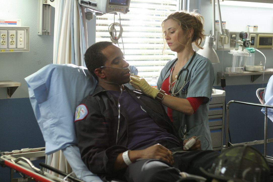 Sam (Linda Cardellini, r.) kümmert sich um einen Feuerwehrmann (Leonard Armond Robinson, l.), der sich bei einem Großeinsatz verletzt hat ... - Bildquelle: WARNER BROS
