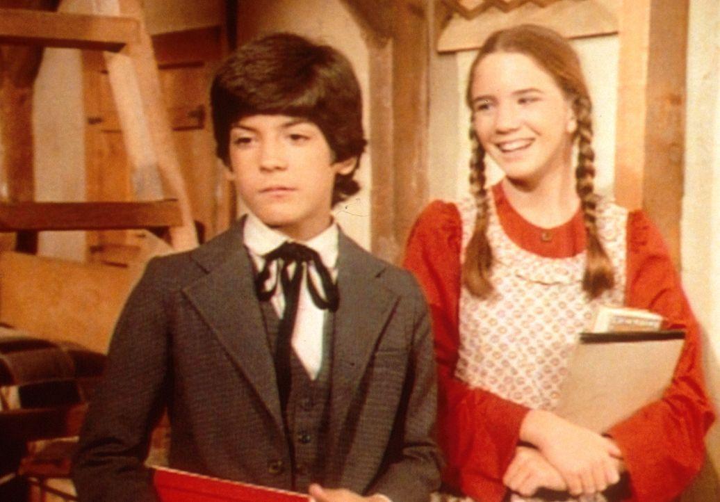 Laura (Melissa Gilbert, r.) verspottet Albert (Matthew Laborteaux, l.), weil er für den ersten Schultag seinen schönen Anzug angezogen hat. - Bildquelle: Worldvision