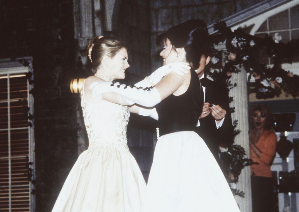 Libby (Jenna Leigh Green, r.) versucht immer wieder, Sabrina (Melissa Joan Hart, l.) ihren Freund Harvey auszuspannen. Doch Sabrina lässt sich das... - Bildquelle: Paramount