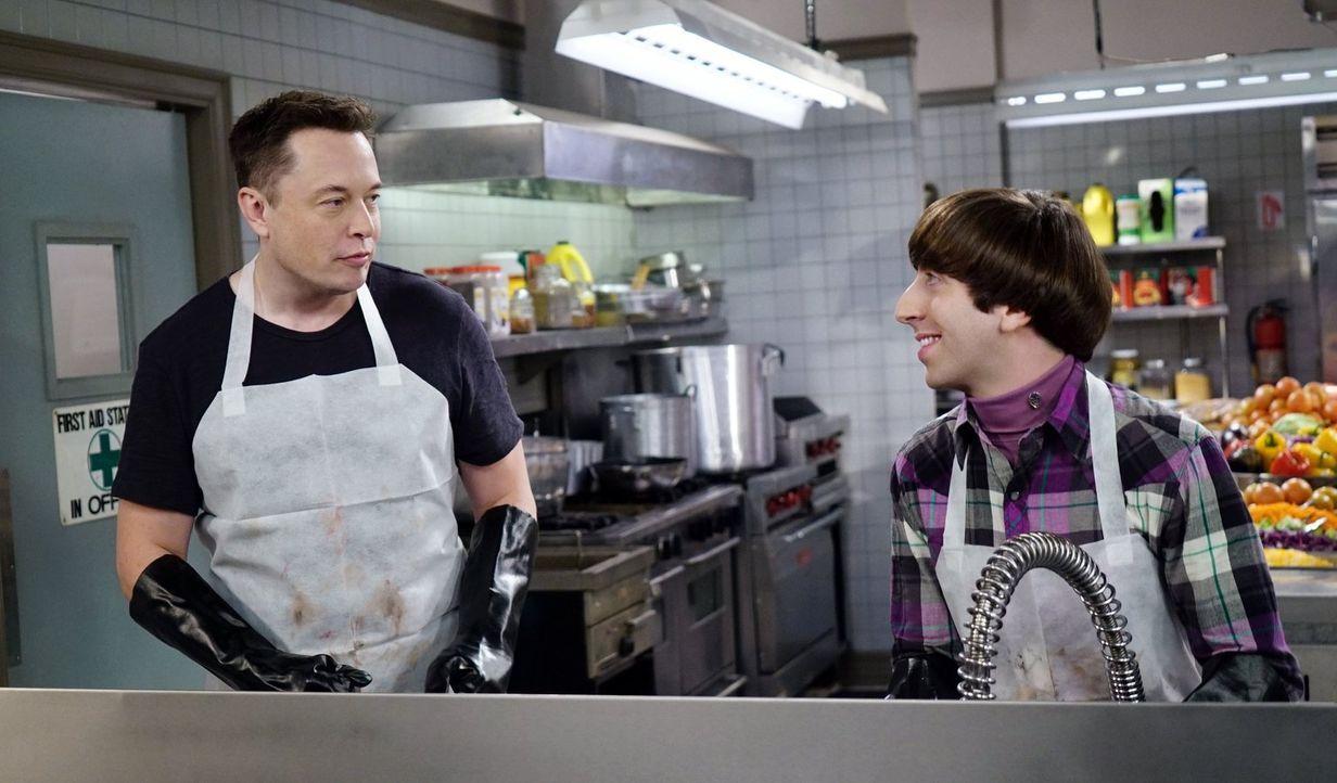 Das Arbeiten in der Suppenküche hat sich doch gelohnt, als Howard (Simon Helberg, r.) dort auf Elon Musk (Elon Musk, l.) trifft ... - Bildquelle: 2015 Warner Brothers