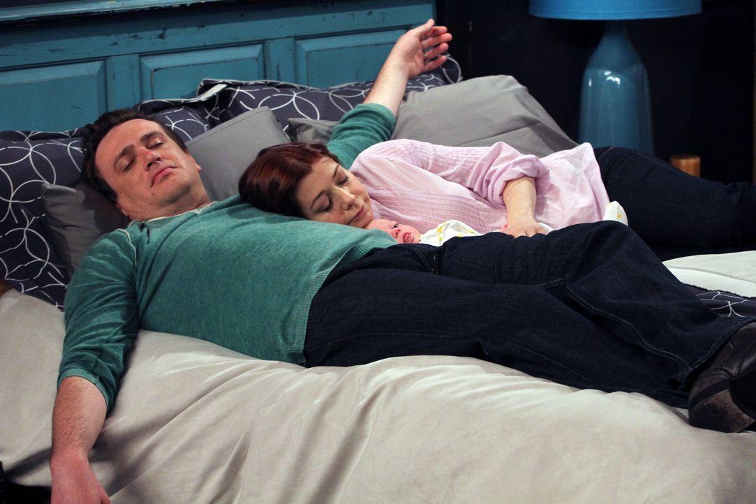 Eine glückliche Familie: Marshall (Jason Segel, l.) und Lily (Alyson Hannigan, r.) mit ihrem Sohn Marvin ... - Bildquelle: 20th Century Fox International Television