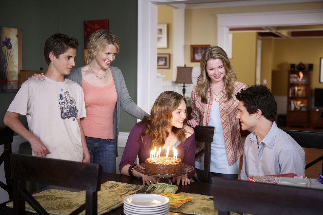 Die Idee ist perfekt: Weil Kyle (Matt Dallas, r.) seinen Geburtstag nicht weiß, feiert er mit Lori (April Matson, M.) gemeinsam. Nicole (Marguerite... - Bildquelle: TOUCHSTONE TELEVISION