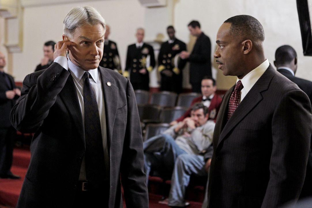 Hoffen, einen neuen Fall erfolgreich zu lösen: Gibbs (Mark Harmon, l.) und Leon Vance (Rocky Carroll, r.) ... - Bildquelle: 2012 CBS Broadcasting Inc. All Rights Reserved.