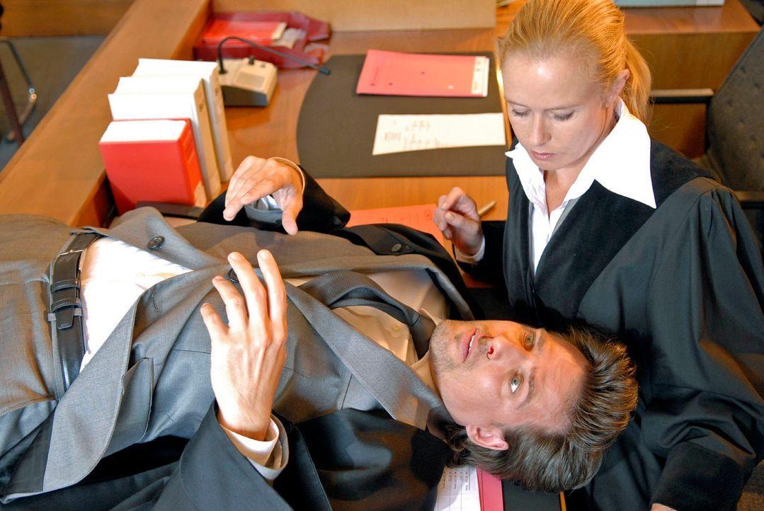 Provoziert seinen Gegner so lange, bis er unsanft auf dem Tisch von Richterin Dr. Wachowsky (Susanne Lüning, r.) landet: Alex (René Steinke, l.) ... - Bildquelle: Christoph Assmann Sat.1