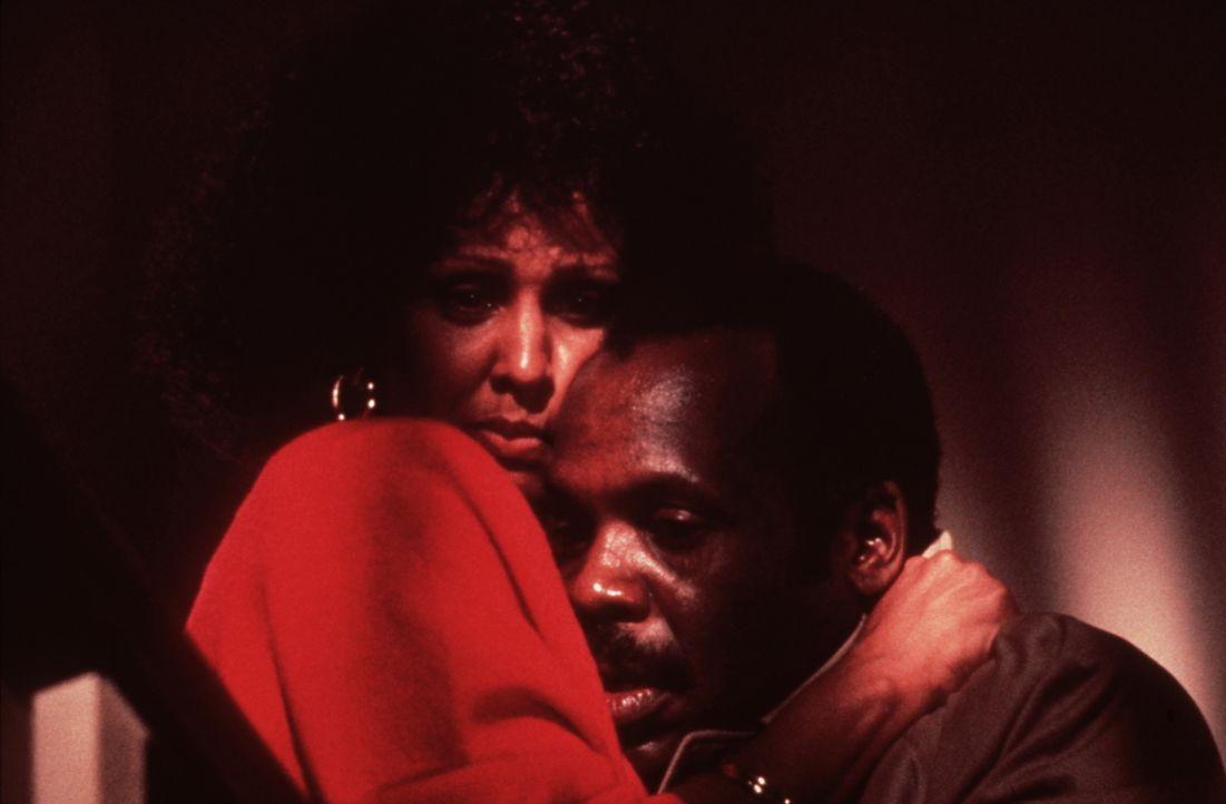 Weil die Gangster nicht an Roger (Danny Glover, r.) herankommen, entführen sie seine Tochter. Jetzt müssen Roger und seine Frau Trish (Darlene Love,... - Bildquelle: Warner Bros.