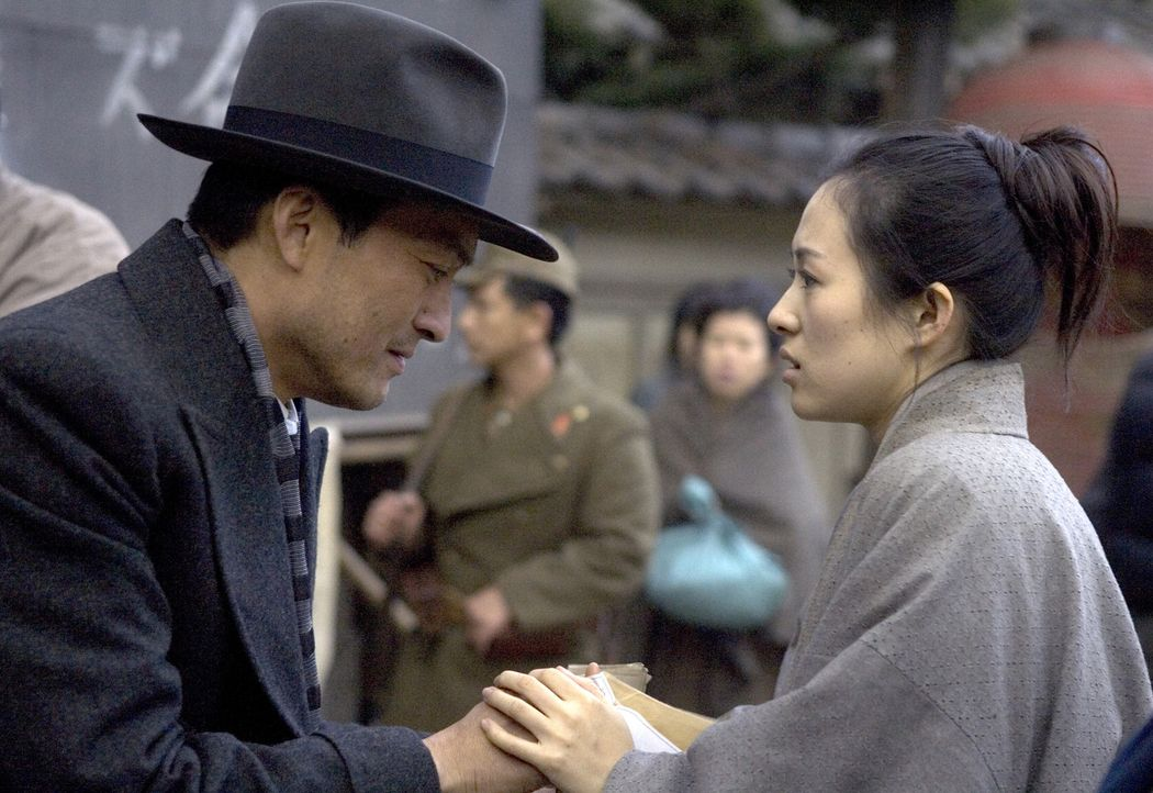 Als der Krieg ausbricht, fleht der Direktor (Ken Watanabe, l.) Sayuri Nitta (Ziyi Zhang, r.) an, seine Hilfe anzunehmen. Doch die junge Geisha will... - Bildquelle: 2005 Sony Pictures Television International.