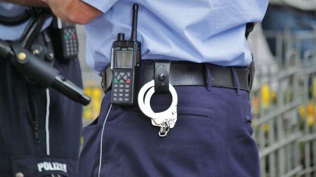 Die Handschellen lassen Polizisten privat eher außen vor. Gute Sex-Qualitäten...