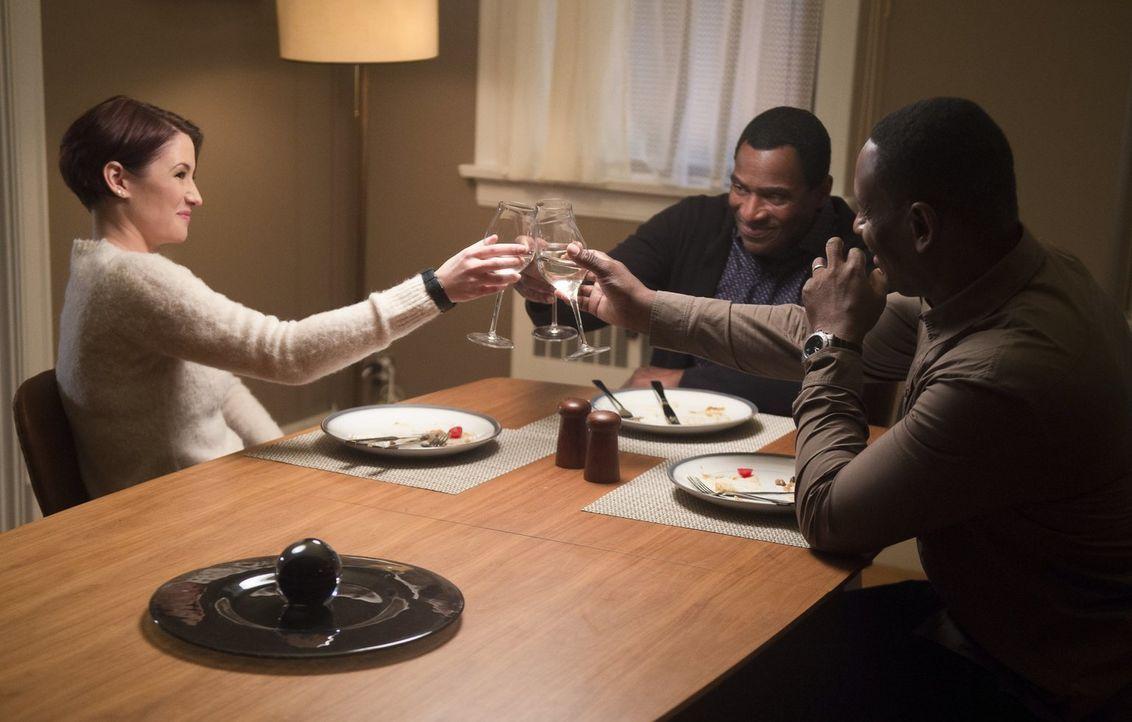 Das Essen mit Alex (Chyler Leigh, l.), M'yrnn (Carl Lumbly, M.) und J'onn (David Harewood, r.) verläuft anders, als gedacht ... - Bildquelle: 2017 Warner Bros.