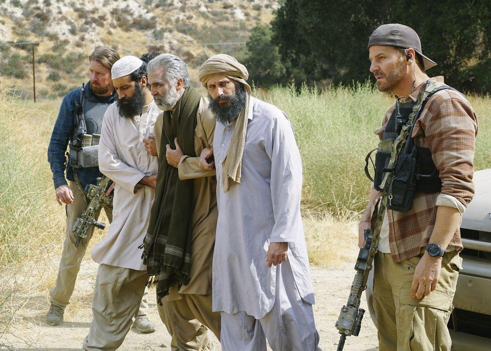 Im Tausch gegen einen desertierten US-Soldaten sollen Jason (David Boreanaz, r.) und das SEAL Team drei Guantanamo Häftlinge (v.l.n.r.: Alain Washne... - Bildquelle: Richard Foreman Richard Foreman/CBS  2017 CBS Broadcasting, Inc. All Rights Reserved
