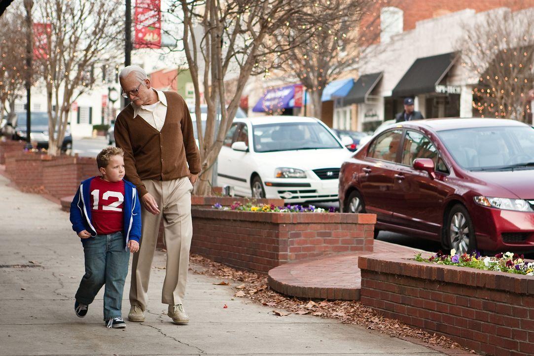 Quer durch die Vereinigten Staaten müssen Irving (Johnny Knoxville, r.) und sein Enkel Billy (Jackson Nicoll, l.), um den Vater des kleinen Jungen z... - Bildquelle: Sean Cliver MMXIII Paramount Pictures Corporation.  All Rights Reserved.