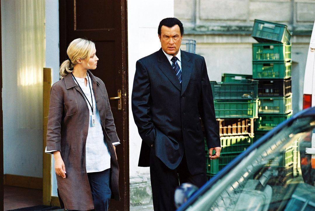 Als der Ex-Undercover-Agent Billy Ray Lancing (Steven Seagal, r.) entdeckt, dass seine kleine Brieffreundin von einem skrupellosen Menschenhändler... - Bildquelle: Franchise Pictures