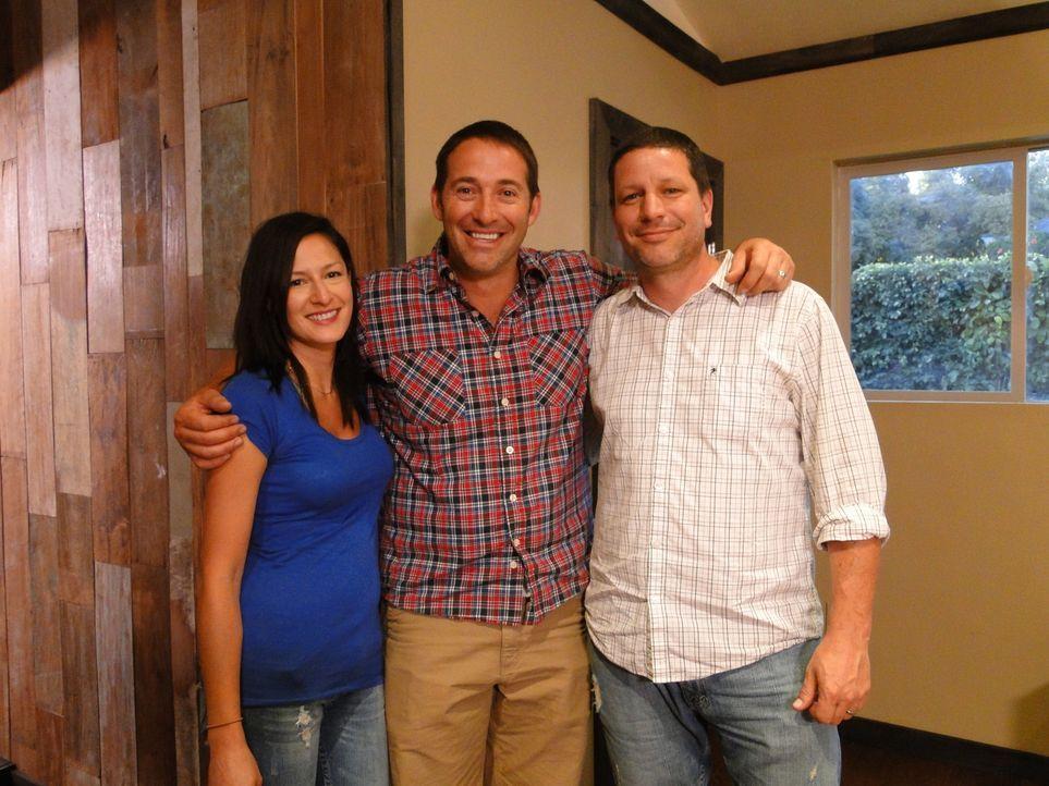 Josh Temple (M.) hilft Jen (l.) und Marcus Homan (r.) beim Umbau eines Raumes, der ursprünglich als Garage gedacht war, in eine wohnliche Lounge ... - Bildquelle: 2012, DIY Network/Scripps Networks, LLC. All Rights Reserved.