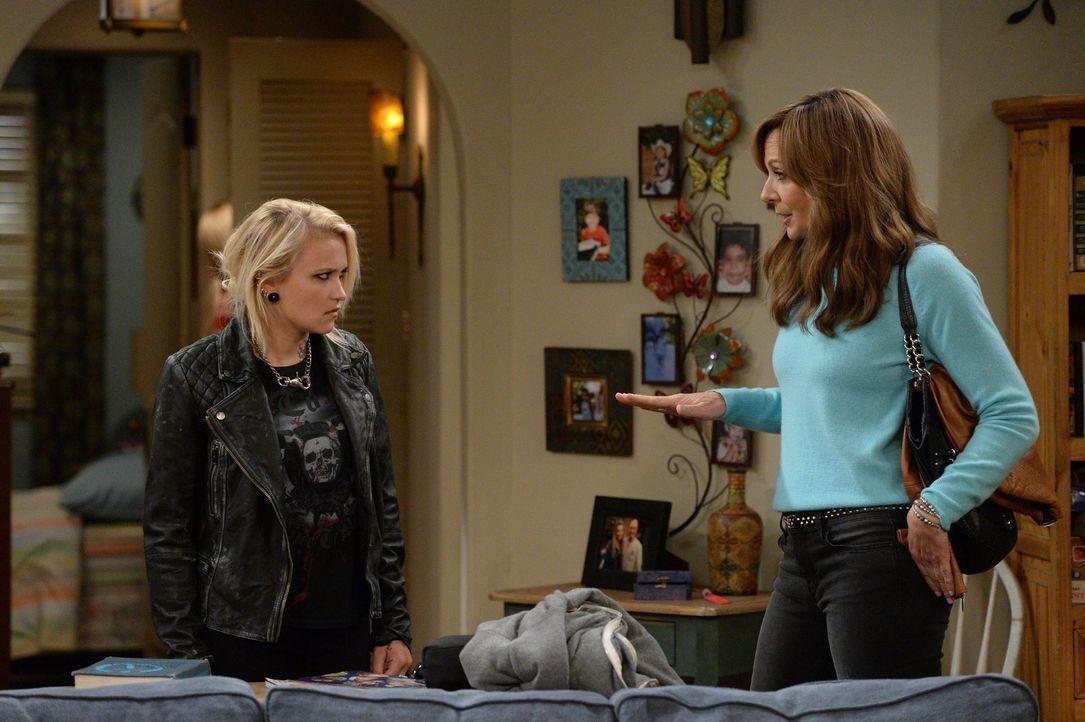 Bonnie (Allison Janney, r.) und Christy nehmen die drogensüchtige Jodi (Emily Osment, l.) bei sich auf und versuchen, ihr wieder auf die Beine zu he... - Bildquelle: 2015 Warner Bros. Entertainment, Inc.