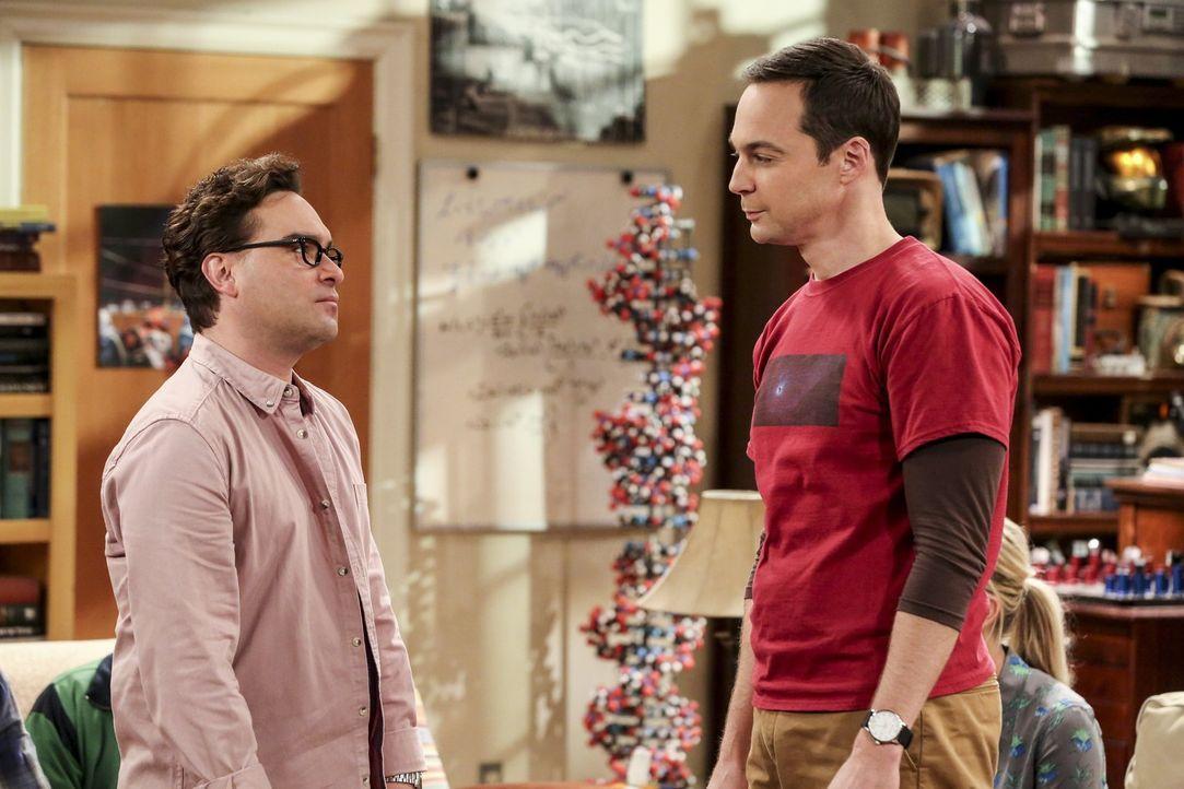 Nachdem Sheldon (Jim Parsons, r.) über die Wertsteigerung des Bitcoins gelesen hat, erinnert er Leonard (Johnny Galecki, l.) und seine Freunde daran... - Bildquelle: Warner Bros. Television
