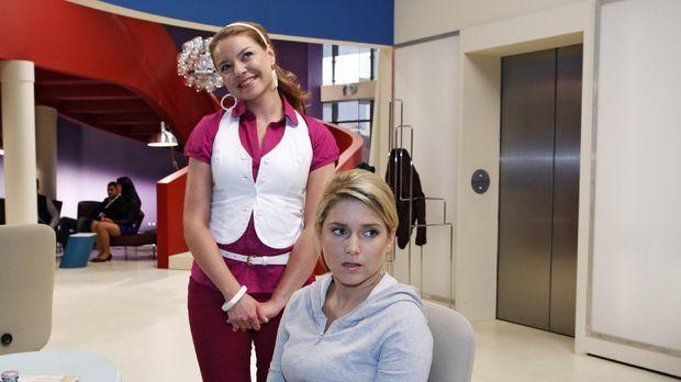 Überschwänglich bedankt sich Katja (Karolina Lodyga, l.) bei Anna (Jeanette B...
