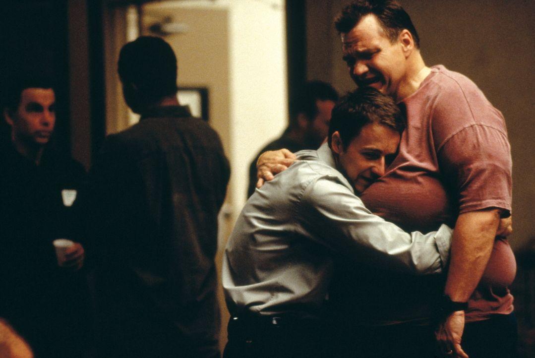 Um seine innere Ruhe zu finden, sucht der in Trance verfallene Jack (Edward Norton, l.) Ablenkung: Jeden Tag besucht er eine andere Selbsthilfegrupp... - Bildquelle: 20th Century Fox