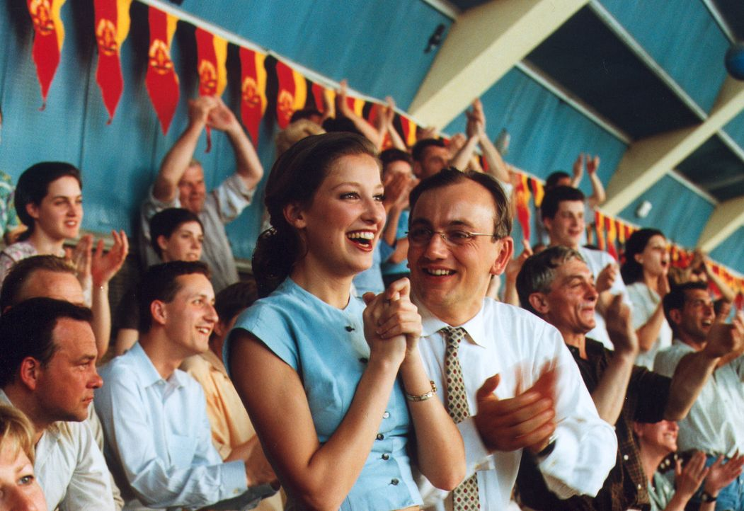 Lotte Lohmann (Alexandra Maria Lara, l.) und ihr Mann Theo (Heinrich Schmieder, r.) jubeln über den Sieg von Harry, der die DDR-Schwimm-Meisterscha... - Bildquelle: Sat.1