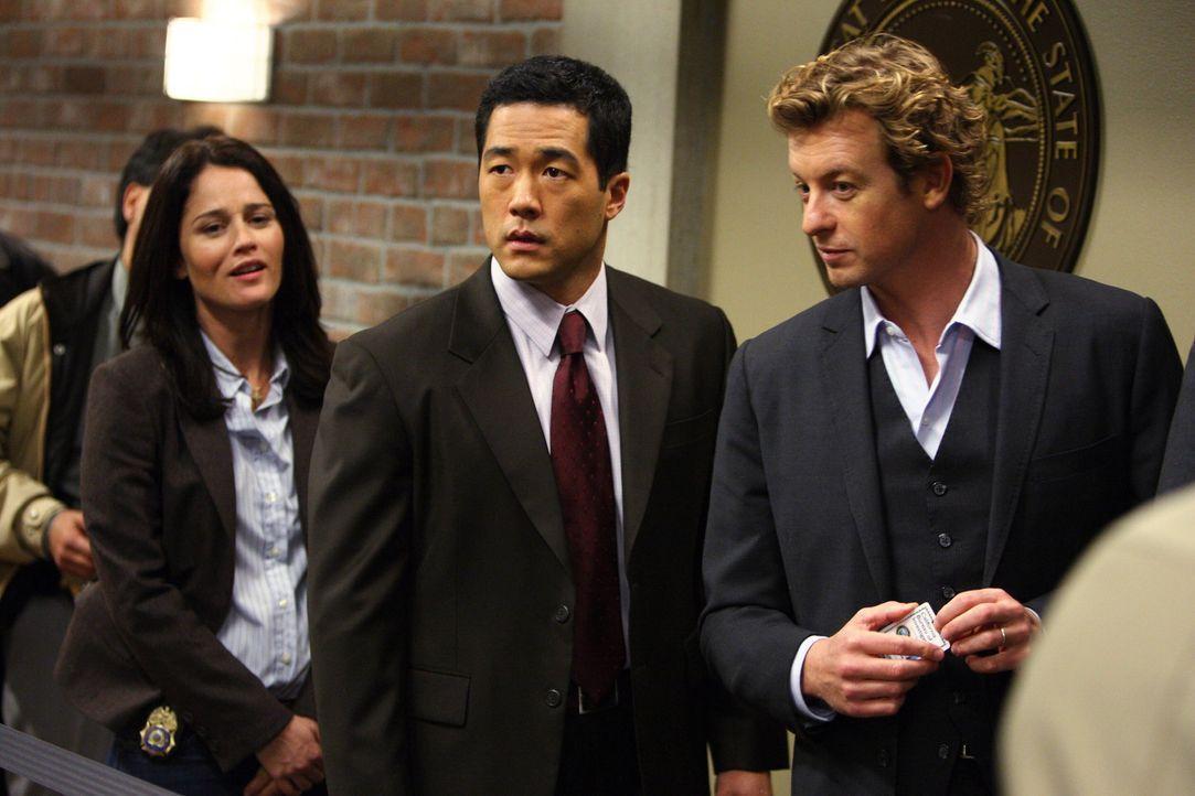 Ein schwieriger Fall erwartet das Team: Teresa (Robin Tunney, l.), Patrick (Simon Baker, r.) und Kendall (Tim Kang, M.) müssen den Mörder von Mary... - Bildquelle: Warner Bros. Television