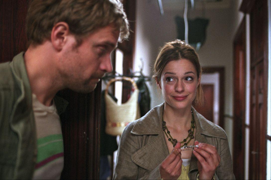 Kurz vor der Hochzeit landet Josh mit einem Schienbeinbruch im Krankenhaus. Der Plan scheint zu platzen, doch plötzlich steht Ben (Janek Rieke, l.)... - Bildquelle: Sat.1