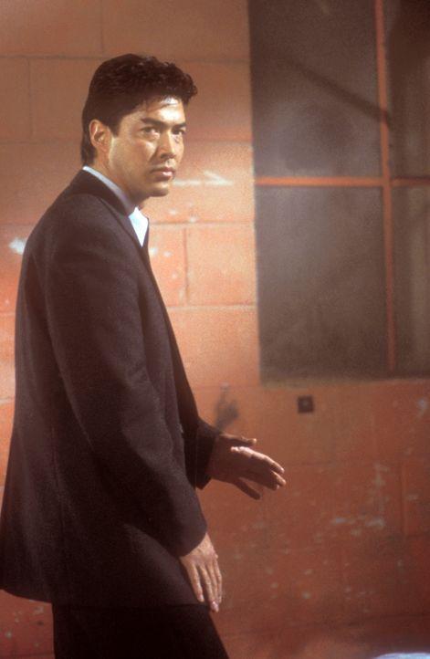 Seine Schwester befindet sich plötzlich in den Händen der chinesischen Mafia. Verzweifelt bittet Rick (Russell Wong) seinen Freund Connor um Hilfe... - Bildquelle: 2000  MUSE PRODUCTIONS (TRACKER) INC.