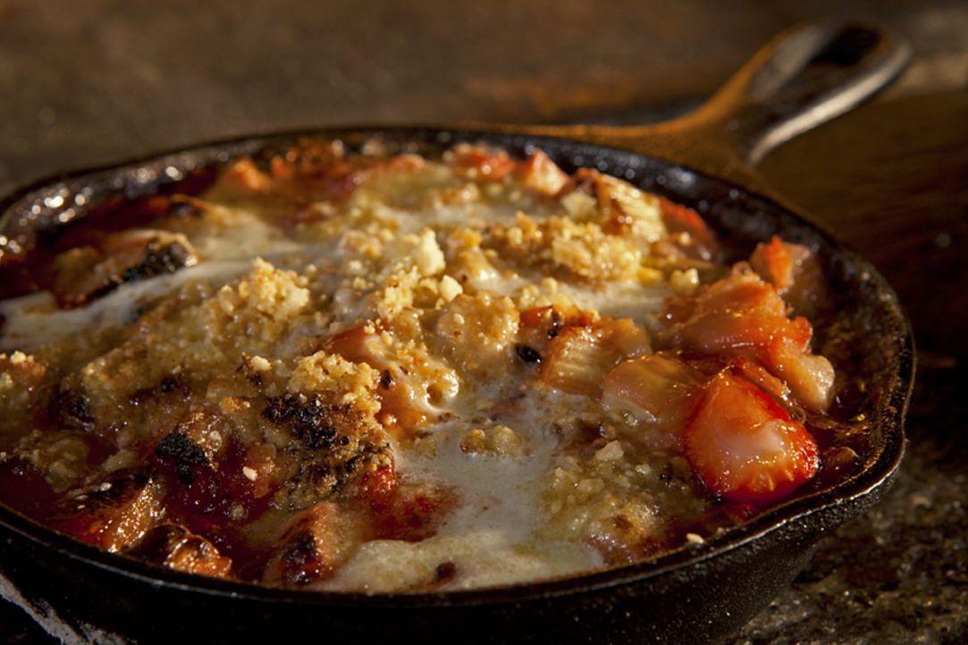 Das Auge isst mit. Guy Fieris Rhabarber-Erdbeer-Crumble ist nicht nur geschmacklich ein Traum, sondern sieht auch top aus ... - Bildquelle: 2012, Television Food Network, G.P. All Rights Reserved.
