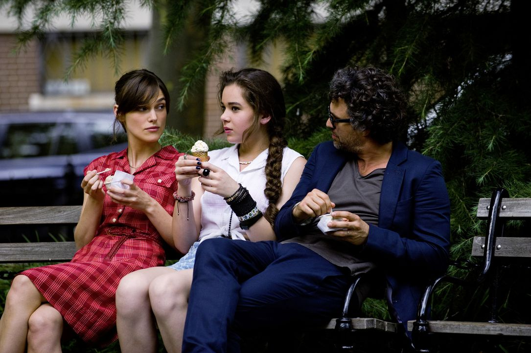 Verstehen sich prächtig und fassen einen außergewöhnlichen Plan: Gretta (Keira Knightley, l.), Violet (Hailee Steinfeld, M.) und Dan (Mark Ruffalo,... - Bildquelle: 2013 KILLIFISH PRODUCTIONS, INC. ALL RIGHTS RESERVED.