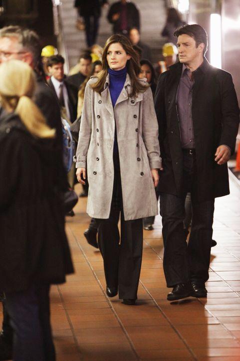Richard Castle (Nathan Fillion, r.) und Kate Beckett (Stana Katic, M.) begeben sich auf Spurensuche. - Bildquelle: 2010 American Broadcasting Companies, Inc. All rights reserved.
