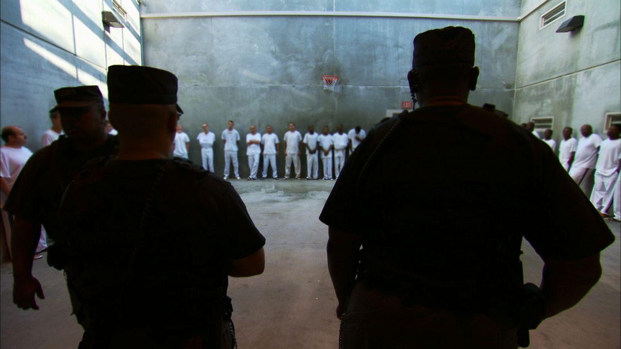 Immer wieder müssen die Gefängniswärter alle Insassen kontrollieren, denn diese verstecken gerne alle möglichen Arten von selbstgebastelten Waffen ...