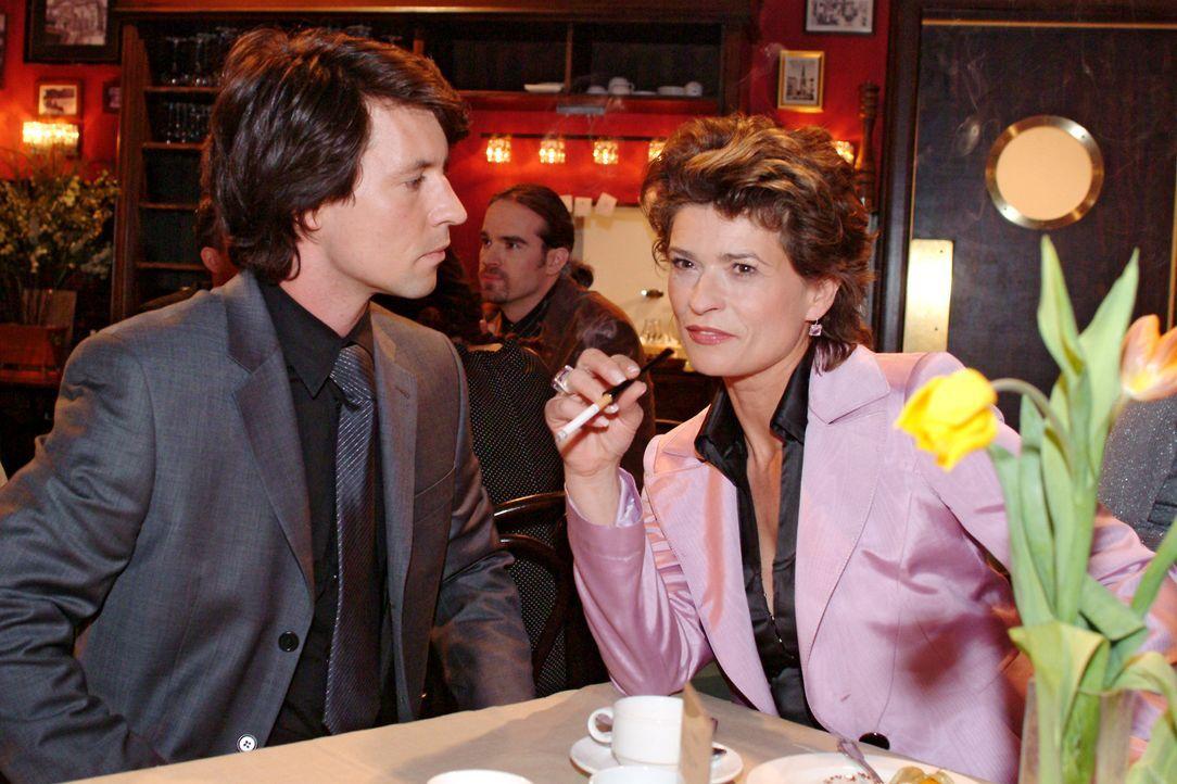 Sophie (Gabrielle Scharnitzky, r.) glaubt, mit Viktor (Roman Rossa, l.) eine charmante Zufallsbekanntschaft gemacht zu haben. Doch Viktor hat nichts... - Bildquelle: Sat.1