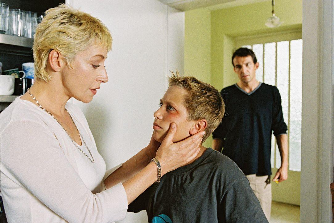 Ina (Tatjana Blacher, l.) versucht ihren Sohn Philip (Matze Kick, M.) zu trösten, der unter den Hänseleien und Handgreiflichkeiten seiner Mitschüler... - Bildquelle: Erika Hauri Sat.1
