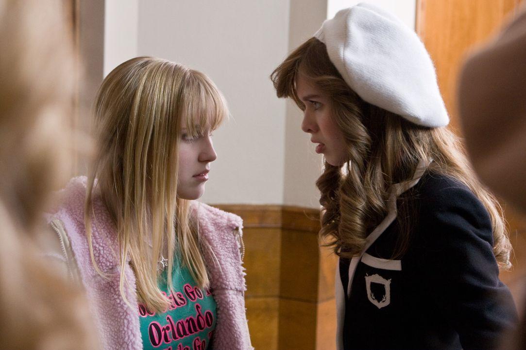 Weil Claires (Ellen Marlow, l.) Eltern im Gästehaus von Massies (Elizabeth McLaughlin, r.) Eltern leben, kann das Mädchen der Clique nicht aus dem... - Bildquelle: 2008 Warner Bros.