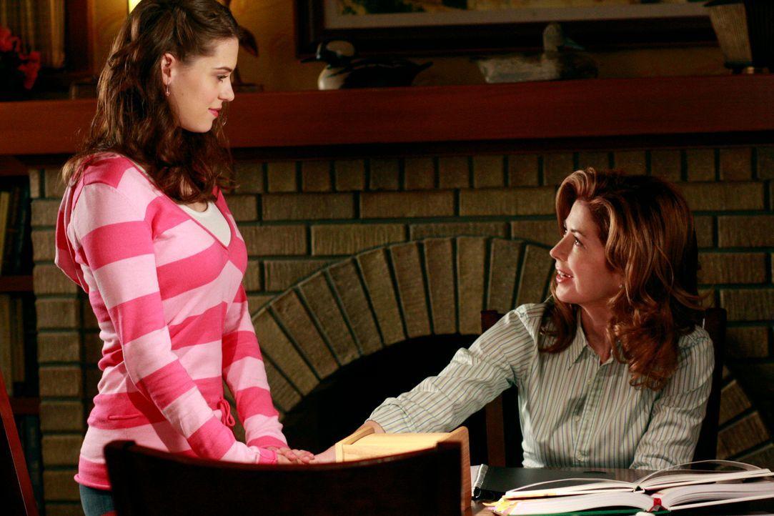 Nach und nach stellt sich heraus, dass der Polizist ihr Vater ist. Dylan (Lyndsy Fonseca, l.) beschließt, ihrer Mutter (Dana Delany, r.) nichts davo... - Bildquelle: ABC Studios