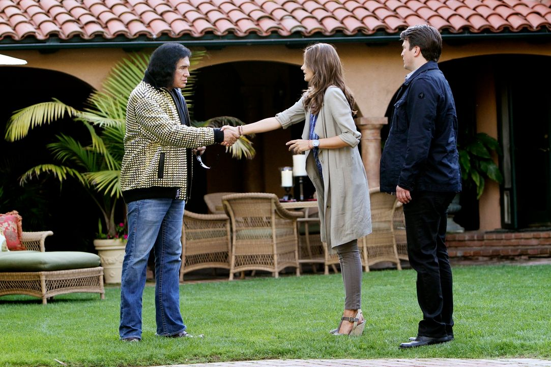 In L.A. treffen Richard Castle (Nathan Fillion, r.) und Kate Beckett (Stana Katic, M.) auf illustre Showgrößen wie Gene Simmons (Gene Simmons, l.) v... - Bildquelle: ABC Studios
