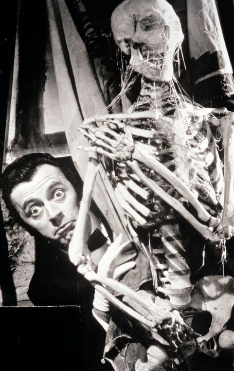 Ist vielleicht Butler Bonwit (Eddi Arent) der mysteriöse Mörder, der seine Opfer mit einem indischen Tuch erwürgt? - Bildquelle: Constantin Film