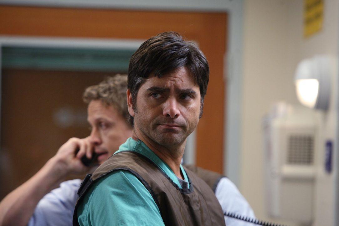 Zwischen Tony (John Stamos, vorne) und Simon (David Lyons, hinten) kommt es während einer Operation zu einer Meinungsverschiedenheit. Was nicht zum... - Bildquelle: Warner Bros. Television