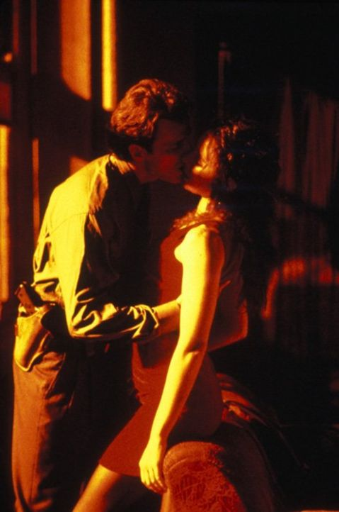 Detective John Hallstrom (Aidan Quinn, l.) und seine Mordzeugin Emma Brody (Madeleine Stowe, r.) fühlen sich zueinander hingezogen ... - Bildquelle: Warner Bros.